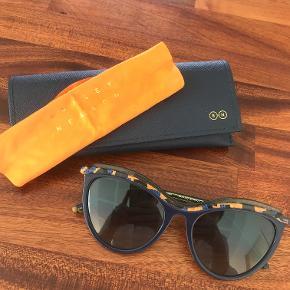 BYD BYD BYD  Super smarte håndlavede solbriller - købt på rejse til Vancouver sidste sommer :)  Kun brugt 1 uge og har siden ligget i skuffen. Fejlfri  Kommer med original æske og pudseklud