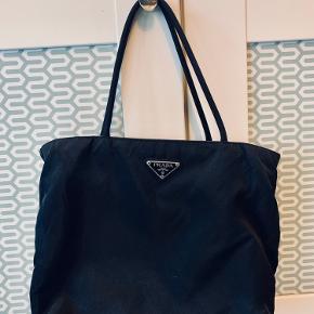 Mellem størrelse Prada taske i sort nylon.  Mål: 23 x 29 x 9