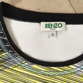 Fantastisk Kenzo top med slidser, i meget lækkert stof (lidt badedragt agtigt men fast). Skønne farver, og er meget velholdt.