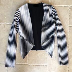 Smart stribet jakke/habit, fin stand. Mp. 100 kr., tager gerne imod realistiske bud 👚