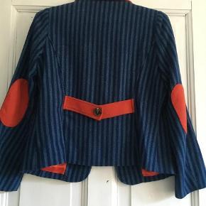 Varetype: Blazer Farve: Blå Prisen angivet er inklusiv forsendelse.  Skøn blazer i uld m fine detaljer. Har kun været prøvet på og hængt i mit skab.