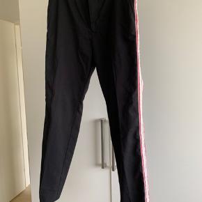 Pæne bukser med striber i siderne