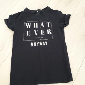 fin t-shirt fra name it str 134/140 mørkeblå med sølv strift