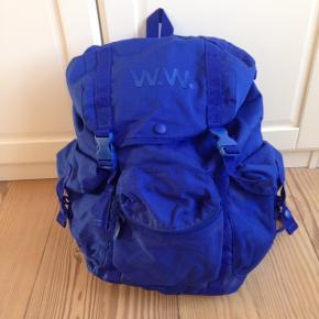 Blå, rummelig rygsæk fra wood wood. Stort rum og tre mindre lommer.  Brugt ganske få gange.