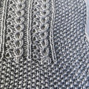 Håndstrikket babytæppe. Eget design. 50% bomuld 50% uld. 80x63cm.  Skal håndvaskes med uldvaskemiddel.