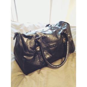 Sort taske/ fx sportstaske i immiteret læder