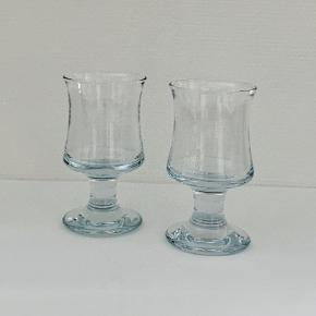 """Et ølglas hører sig til på et klassisk dansk frokostbord. Dette ølglas  """"Skipper"""" fra Per Lütkens Skibsserie rummer 34 cl og passer perfekt til en flaske eller dåseøl med skum på toppen. Med mere end 3000 designs bag sig var Per Lütken en af Holmegaards mest avancerede glaspustere og skibsglasserien er et af hans mest berømte designs. En anvendelig klassiker med robust udformning og håndret facon.  Højde: 15 cm Diameter: 8,3 cm Volumen: 34 cl  Hvert stykke mundblæst glas er unikt og håndlavet af glaspusteren, som omhyggeligt blæser den rigtige mængde luft gennem den smalle pibe. Luftbobler i glasset er derfor uundgåelige og udgør en del af den charme, der kendetegner mundblæst glas. Kan gå i opvaskemaskine"""