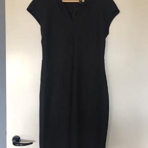 Super flot sort kjole med stræk, lynlås bagpå ryggen. Går til lidt over knæene. Brugt 1 gang.
