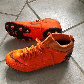Fodboldstøvler Str 38,5. Kun brugt 1 måned. Prisen er plus Porto