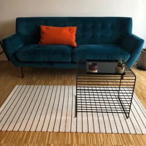 Smuk petroleumsfarvet velour sofa.  Det er en 2 1/2 personers sofa fra sinnerup. Nypris: 4000 Den er brugt i lidt under et år og fejler intet udover små skrammer på de bagerste ben(spørg evt for billeder)  Kan afhentes i Odense M, skal afhentes hurtigst muligt