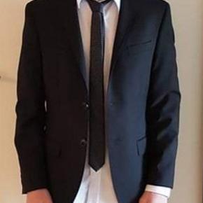 Habbitjakke fra S. Oliver og skjorte fra, G. O. L.  BOYS skjorten er hvid, sættet er kun brugt den ene dag til hans konfirmation