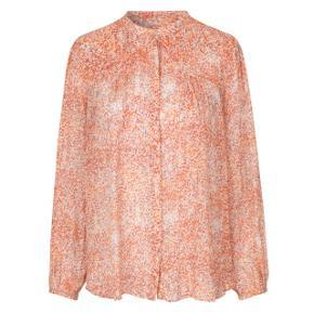 Second Female skjorte i modellen Floral LS, str. L, farven Abricot sælges. Skjorten er i tynd materiale, har blomstret småt mønster i hvide, orange og lyserøde farver. Den er helt ny og aldrig brugt og har stadig prismærke. Nypris er 599 kr. sælges for 400 kr. plus fragt.