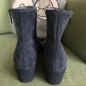 Så lækker en støvle i kraftig ruskind og med uld foer og gummisål. Nypris var 1800 kr. Gået med en dag.