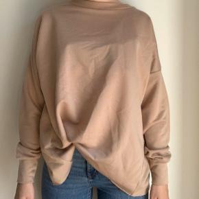 Langærmet trøje fra Boohoo, med åben ryg ✨  Aldrig brugt, dog er mærket taget af - str. (36/S - oversize fit)   Jeg sender gerne via DAO (gennem TS) - ellers kan den afhentes i København 😊   Hvis annoncen stadig er aktiv, er varen stadig til salg ✨   Skriv gerne til mig, hvis du har spørgsmål.