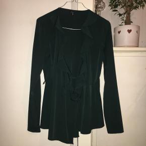 Bluse fra veromoda i flot wrap og ruffle udgave 🌸  Farven: mørkegrøn Str: s Np: 249  Brugt få gange 🌸💃🏽