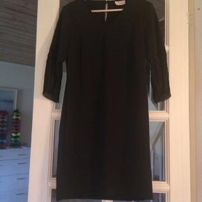 To kjoler i str. M og L. Den sorte med prismærke. Nypris for hver af dem er 500 kr. Prisen er pr. stk.