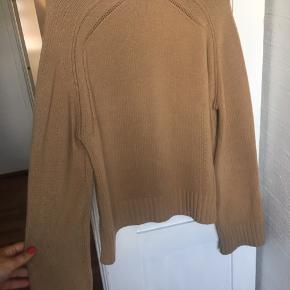 Har noget 'fnuller' som strikketrøjer kan få, ved ærmekant og i bunden af blusen.