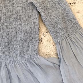 Offshoulder sommerbluse i let stof med smocksygning over brystet. Virkelig fin og lækker på. Den vil kunne passes af både small og medium, da den er meget elastisk over kroppen.    #secondchancesummer