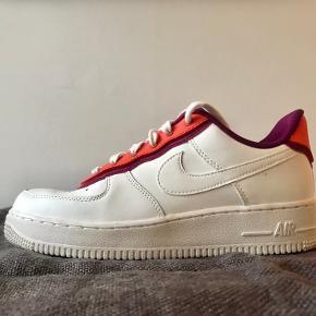 Nike Air Force 1/ Orange-berry. Desværre for store til mig, derfor kun brugt een gang. Synes de er lidt store i størrelsen.
