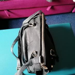 Den fejler ingen ting jeg får den ikke brugt bytter med en minder skuler taske der fø en extra rem med