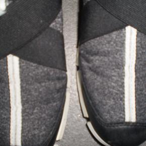 Varetype: sneakers Farve: Se billeder Oprindelig købspris: 650 kr.  Meget lækre Sneakers, super behaglige at have på. Skal bare have solgt lidt ud af min skosamling :)  Brugt få gange  Str 37  Indvendig længde ca. 24  Pri150 plus porto