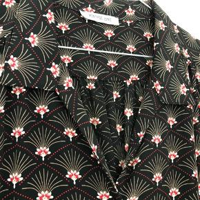Flot sommerkjole købt i Paris Står som One Size, men vil vurdere at den passer en small eller medium. Er selv M og passer den fint.  Kom endelig med et bud 🌻 Tjek også mine andre annoncer med tøj fra Monki, Zara, Boii, Weekday mm. 🌸🕺🏼 #trendsalesfund