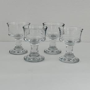 """Likør/cocktail glasset """"Udkigsmand"""" fra Holmegaard. Skibsglasset fra 1971 er en af Holmegaards mest genkendelige klassikere. Det håndrette glas med den svungne form er robust og populært til brug hver eneste dag – og måske særligt når vi dækker op til en favorit med det klassiske, danske frokostbord med lune retter og kolde øl og snaps. Her sælges 4 stk. Højde: 9 cm Diameter: 6,6 cm Volumen: 19 cl Kan gå i opvaskemaskine"""
