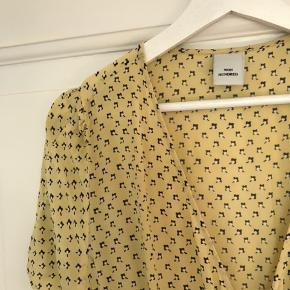 Sælger denne super fine gule slå-om kjole fra Won Hundred, da den er lidt for stor til mig.   Afhentning ved min adresse eller porto betales af køber.