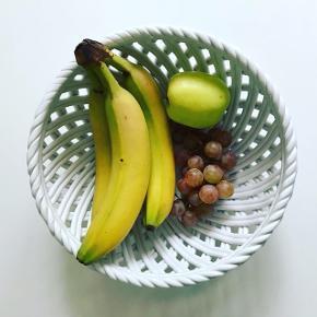 Fuldstændig enestående skål i flettet keramik - hvid og blank! 🍌🍇🍏 Ø:24,5, H:10,5.  315,- #fletkeramik #flettetskål #keramikskål #keramikfund #frugtskål #aarhus #bobedre #køkkeninspiration  #køkkenindretning #boliginspiration #boligindretning #sælges #tilsalg #loppelegtilsalg