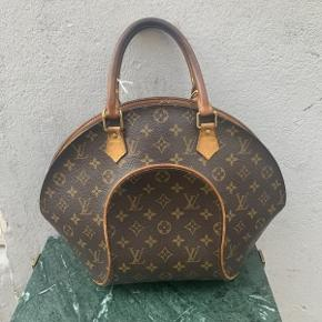 Vintage Louis Vuitton håndtaske, model Ellipse PM af monogram kanvas.  Der medfølger ikke originalt tilbehør til tasken da den er vintage.  Tasken fremstår i flot vintage stand med en naturlig patina, og naturlige brugsspor.  Tasken måler ca 40x30cm.