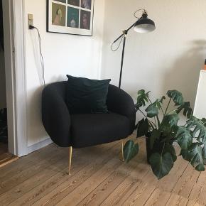 Speciallavet 'ALLIE' lænestol fra sofakompagniet. Nypris var 3499kr.  Ca. 80 cm i bredden og 70 Cm i dybden.   Jeg har haft den i 2 år, men nu sælges den hvis rette bud opnåes. Selve stolen er som ny, virkelig pæn stand. Der er lidt skrammer på benene, men ser det ikke og man skal tæt på for at se det.   Kvitteringen kan medfølge, hvis det ønskes.   Realistiske bud er velkommen.