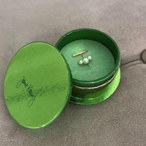 Smuk earcuff fra Jane kønig  Guldbelagt med saltvandsperler  Np 1200