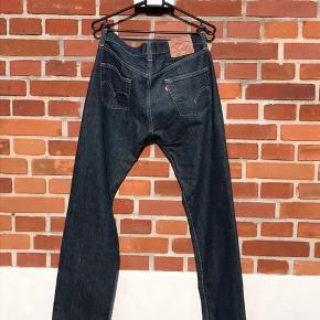 Levi's jeans, som er i super god stand.   Lommerne er klippet op, det kan ikke ses, når man har dem på. Man kan dog ikke bruge dem, med mindre de bliver syet sammen.