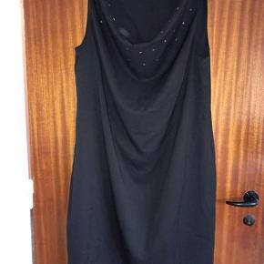 Zay let sort kjole med nedfaldskrave str M (storpige).  Brystvidde 2x60 cm og længde 107 cm