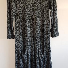 Masai kjole str s Længde 98 cm Bm: 43 cm målt foran uden at strække  Viskose med lommer