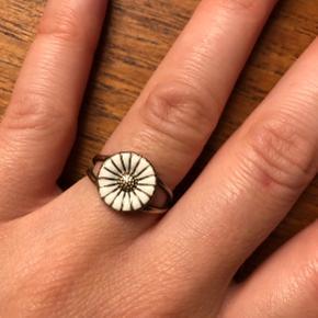 Daisy ring, str. 52 (mindes jeg) i forgyldt sterling sølv og hvid emalje.   Emaljen har meget små hak, der knap kan anes, men jeg nævner det for god ordens skyld.   Byd gerne.