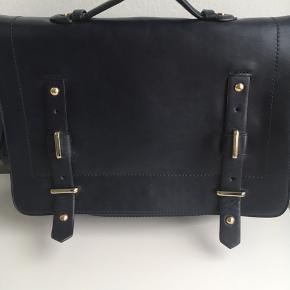 Taske fra Zara. Brugt 1 gang. Meget mørk blå. Guld hardware.  Den kan bruges med rem som håndtaske eller crosbody/skuldertaske men remmen kan også sættes om så den kan bruges som rygsæk. Kunstlæder.  Remmen kan gøres længere.  Måler ca 30x25x10 cm.  Kan nemt indeholder en bærbar 13.  100 kr.