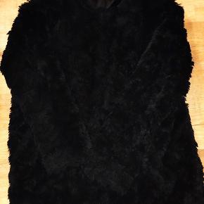 Fake pels jakke fra Weekday. Aldrig brugt, sælges meget billigt.