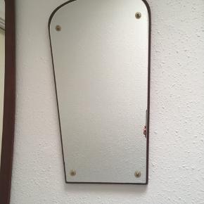 Fint lille retro unikt spejl i teaktræ sælges. Der er monteret små blomster ved skruerne 🌸Højde 48 cm, bredde for neden 21 cm og for oven 27 cm😊 Pris 350 kr. Prisen er fast 🌿Se også mine andre spændende annoncer, da jeg bl.a. sælger ud af ting & sager 🌸