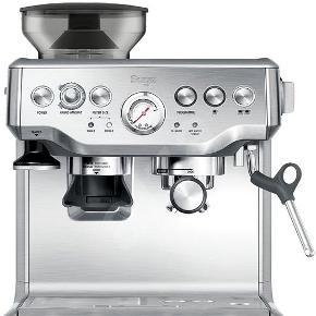 Cirka 2 år gammel Sage Barista Express med knockbox og ekstra drypbakke + tamper (begge dele helt nye) Espressomaskine Sage kaffe espresso maskine  ———————————————————— Med denne Sage espressomaskine kan du blive din egen barista og tilberede lækker kaffe, når det passer dig. Espressomaskinen kommer i et smukt design og er udstyret med mange praktiske funktioner og detaljer, der gør kaffebrygningen til en leg.  Integreret kværn: For den bedste kaffeoplevelse bør du bruge friskkværnede bønner. Du vil absolut mærke forskellen i kaffens aroma og smag. Vælg mellem 18 forskellige indstillinger til kværnen, så du kan få kaffen lige som du vil have den.  Bønnebeholder: Den lufttætte bønnebeholder har en kapacitet på hele 250 gram.  PID temperaturkontrol: Digital temperaturstyring giver en konstant vandtemperatur gennem hele bryggeprocessen.  Aftagelig vandtank: Du kan nemt fjerne og fylde vandtanken, der er udstyret med et integreret vandfilter, så intet kommer i vejen for din perfekte kaffeoplevelse.  Skummunding: Lav en tyk og rig skum til din cappuccino eller latte macchiato med den kraftige skummunding. Du kan nemt justere den i den perfekte retning for ønsket tekstur.  Trykmåler: Mål trykket under hele forberedelsen – du får total kontrol og et unikt indblik i processen fra start til slut.  Kontrolpanel: Du får fuld kontrol over kaffebrygningen, og du kan vælge dine foretrukne indstillinger. Kontrolpanelet er også udstyret med en indikator, der viser dig, hvornår det er tid til en rengøring.  To-i-en: Lav kaffe til dig selv og din partner på én gang og nyd den perfekte kaffepause sammen.  Opvarmning af koppen: Din kop bliver forvarmet, så du kan nyde din kaffe længere. Bag drypbakken står yderligere et bræt, som du kan bruge til alt dit kaffetilbehør.  Rengøring: Jævnlig rengøring hjælper med at holde din maskine ved lige og sikrer en perfekt smag. Du får en notifikation, så snart det er på tide til en rengøring