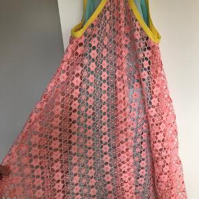 Unika kjole fra New York - Nanette Lepore  Den indvendige kjole er mintgrøn og slutter i taljen bagpå og går hele vejen op foran.  Sidder utrolig flot, kan desværre ikke passe den efter et træningsforløb 😅