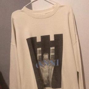 Sælger min smukke oversize sweater fra Ganni i str xs/s - den er udsolgt over alt og derfor fåes den ikke mere.Sælger til en god pris, da jeg bare skal af med den!