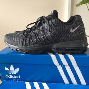 Varetype: Sneakers Størrelse: 47.5 Farve: Sort  Nike 95 ultra max i sorte med sølv effekt. De er som nye brugt 2-4 gange maks. 10/10 mp 750kr