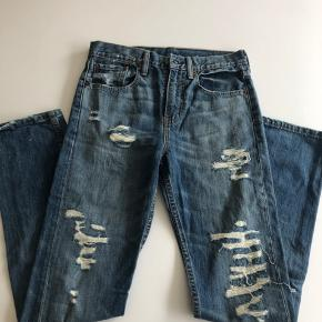 Jeans i slidt look. Der er for bag alle huller, så der ikke er fuldt hul til huden. Fejlkøb - aldrig brugt. Str. 28/32.