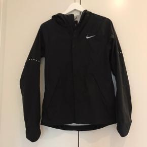 Lækker og let windbreaker fra Nike. Kostede omkring de 2000 fra ny