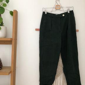 Flotte ubrugte bukser fra Mango Kunne godt lige bruge et strygejern, men ellers fejler de intet. De er loose fit ✌🏽  Kom endelig med et bud 🌻 Tjek også mine andre annoncer med tøj fra Monki, Zara, Boii, Weekday mm. 🌸🕺🏼 #trendsalesfund