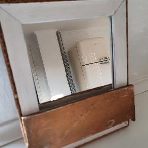 Lille gammelt rejse spejl med hylde, der kan vippes op. Med små afskalninger
