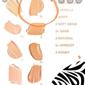 Phyto-Teint Ultra Eclat, en lysspredende, oliefri flydende foundation.Huden fremstår øjeblikkeligt langt mere fejlfri takket være en forbedret udviskende effekt. Skønhedsfejl skjules, hudens konsistens udviskes, huden fremstår mat, og dens glød træder frem. Et mineralkompleks forbedrer gradvist hudens naturlige glød dag for dag. På overfladen: Ekstrakt af boghvedefrø bevarer hudens strålende glød ved at danne et skjold mod forurening*. Og endelig tilfører ekstrakt af katost og gardeniablomst fugt, som får huden til at føles behagelig og frisk. Den lette og holdbare konsistens, der er nem at tone ud, giver en meget naturlig, fløjlsblød finish og en middel dækning, der kan justeres efter behov. Oliefri.Der findes 14 naturlige og ultra-strålende nuancer til alle hudtoner fra helt lys til mørk hud.