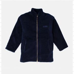 Navy fleece jakke fra Han Kjøbenhavn med broderet logo på bryst og ryg. Fitter oversized og har aldrig været brugt✨