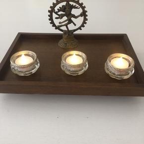 Lille træ opsats til perfumer, lys, billede, eller plante. Mål: 31x21x5 cm